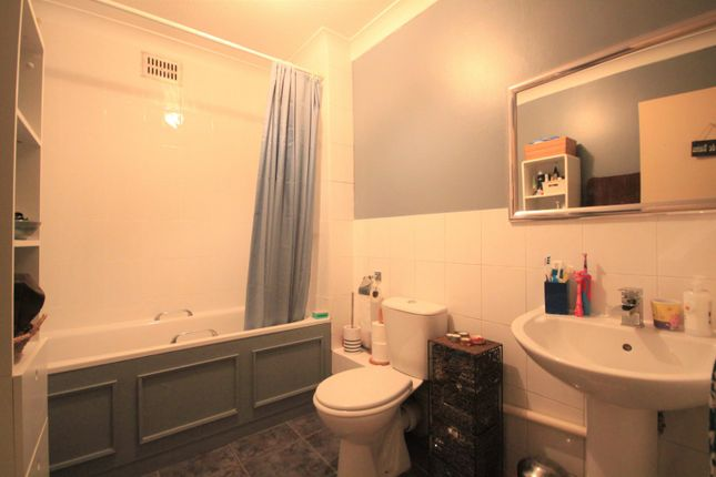 Bathroom of Donnington Road, Reading RG1