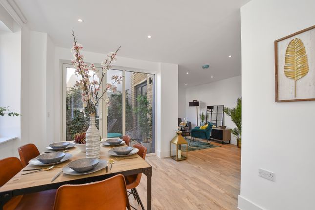 Thumbnail Flat for sale in Kempton Road, London