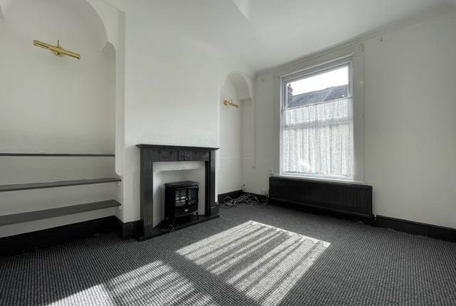 3 bed property to rent in Ashdown Road, Wakefield WF1