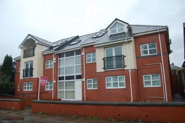 2 bed flat to rent in Bury & Rochdale Old Road, Bury