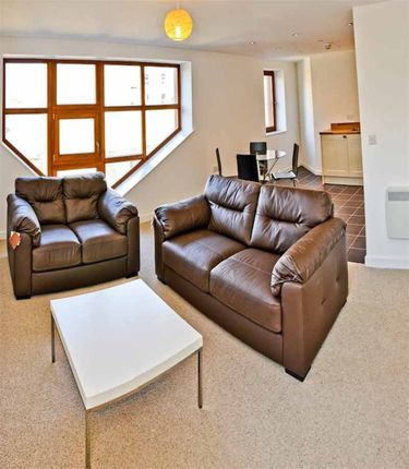 Thumbnail Flat to rent in Spacious, Light Apartment, Great Location