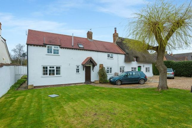 Thumbnail Cottage for sale in Worminghall Road, Oakley, Aylesbury