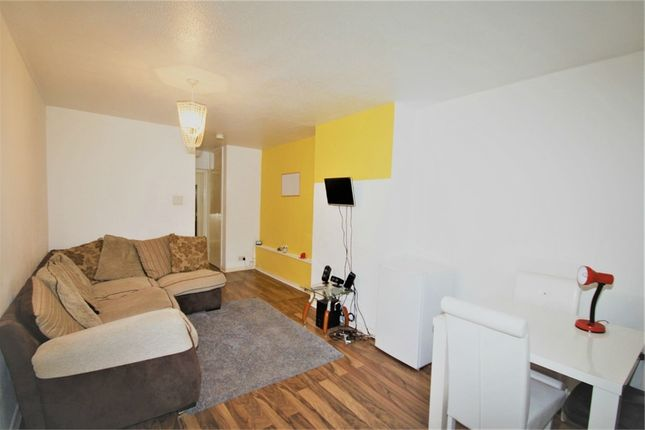 Thumbnail Flat to rent in Lincombe Drive, Leeds, West Yorkshire