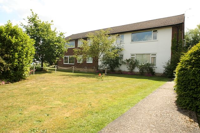 Thumbnail Maisonette to rent in Kingfield Drive, Woking