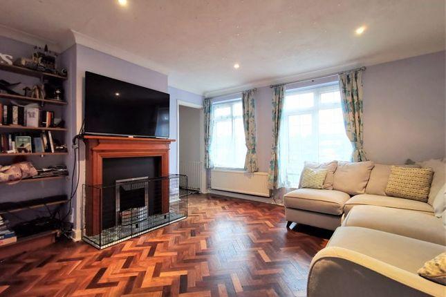 Thumbnail Flat to rent in Linnet Close, Bushey