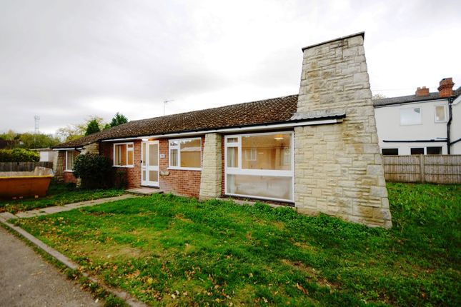 Thumbnail Bungalow to rent in Reading Road, Finchampstead, Wokingham