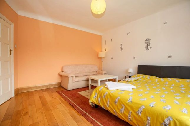 Photo 3 of Double Room, Blakes Avenue, New Malden KT3