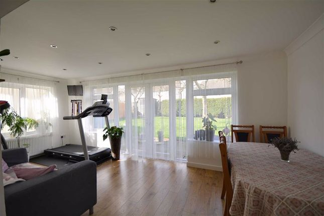 Family Room of Orchard Head Crescent, Pontefract WF8