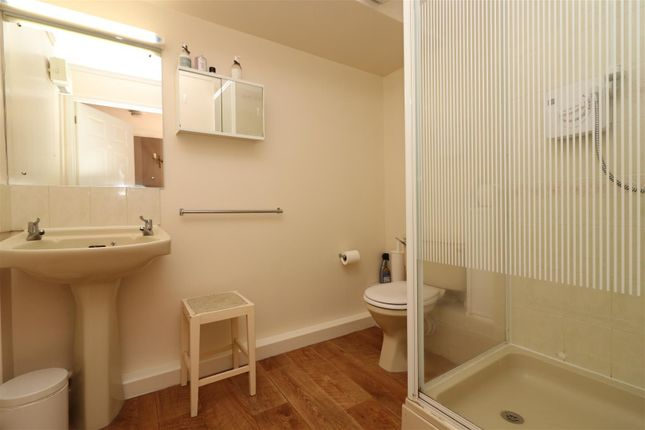 Guest Ensuite of St. Chads Road, Headingley, Leeds LS16