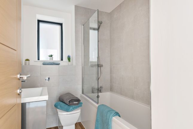 Bathroom of Cedar Apartments, College Street, Petersfield GU31