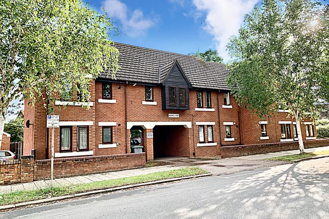 Flat to rent in Warwick Court, Bedford