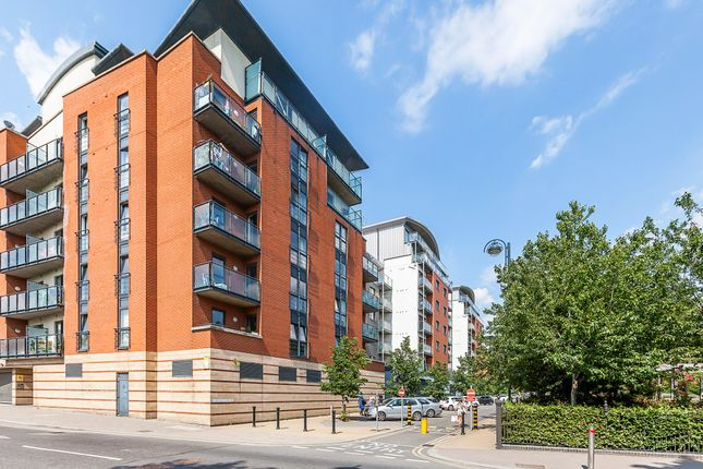 3 bed flat to rent in Buckingham Road, London E10