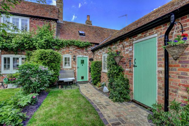 Thumbnail Cottage for sale in Tring Road, Long Marston