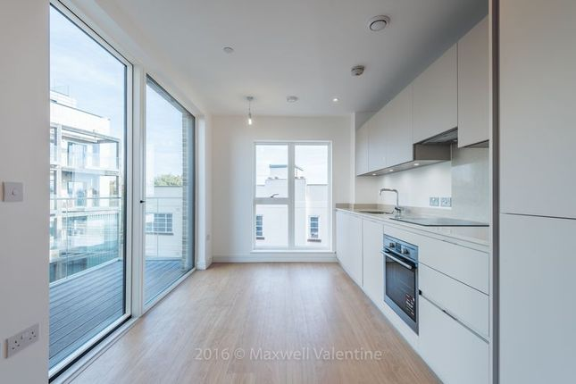 2 bed flat to rent in Cherry Orchard Road, Croydon