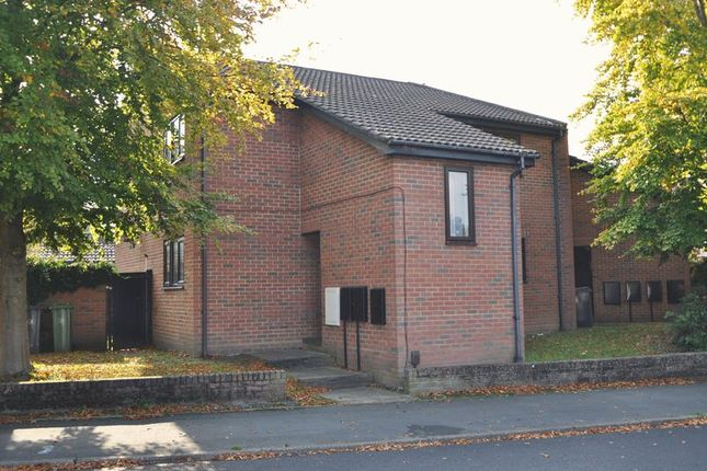 Thumbnail Maisonette to rent in Vale Road, Camberley