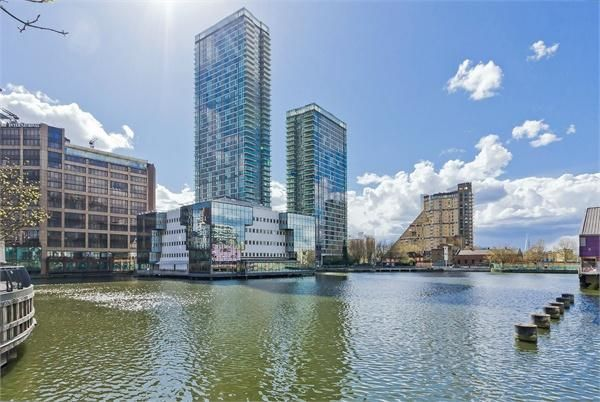 Thumbnail Flat to rent in The Landmark, Canary Wharf, London