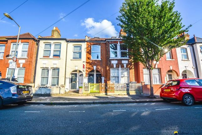 3 bed flat to rent in Khartoum Road, London