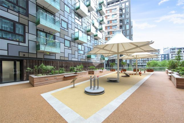 Thumbnail Property for sale in Lincoln Plaza, South Quay, London