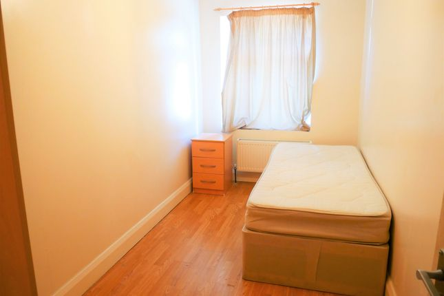 Room to rent in Lynton Road, West Acton W3