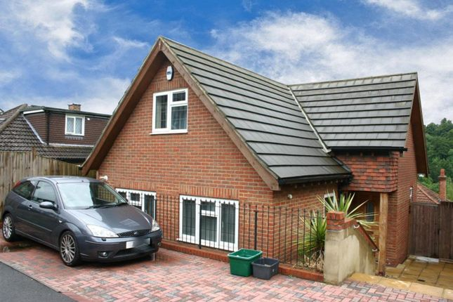 2 bed property to rent in Commonwealth Road, Caterham CR3