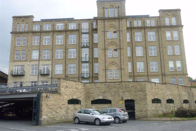 2 bed flat to rent in Bradford Road, Dewsbury WF13