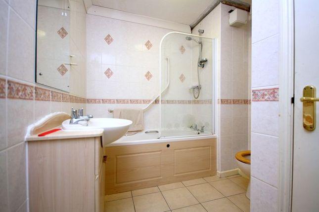 Bathroom of Cliff Richard Court, Cheshunt EN8