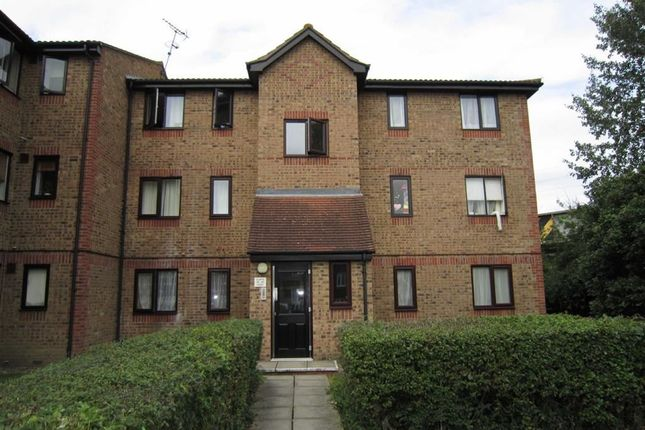 2 bed flat to rent in Chestnut Road, Basildon, Essex SS16