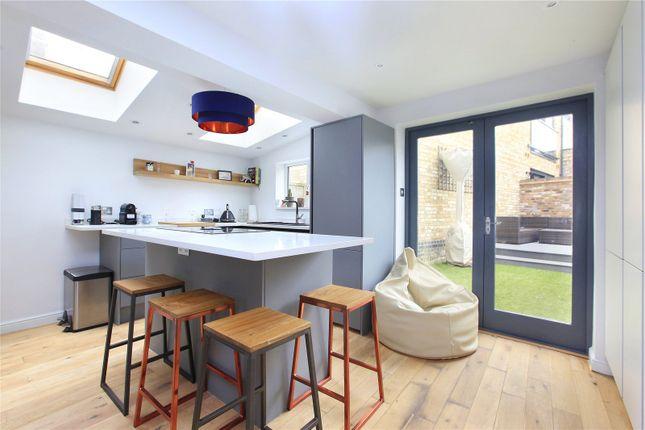 2 bed flat to rent in Battersea Rise, Battersea, London SW11