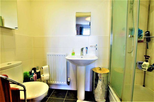 En-Suite of Markhams Close, Basildon, Essex SS15