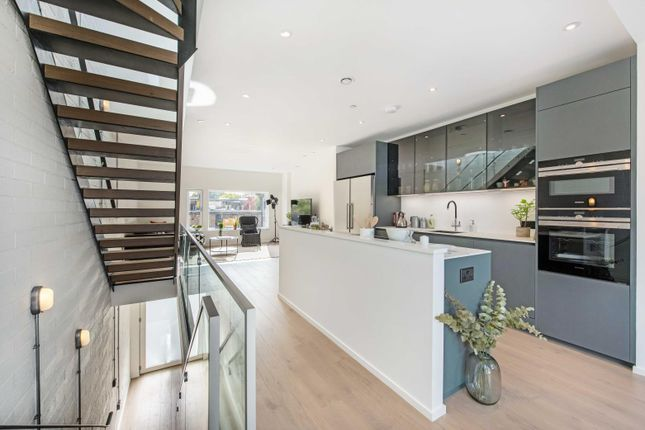 Thumbnail Property for sale in King's Mews, London