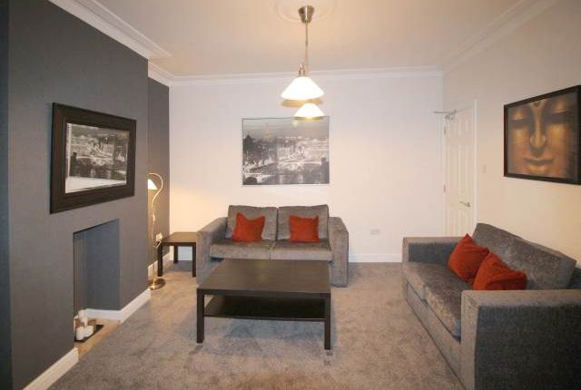 Thumbnail Room to rent in Rosemont Walk, Bramley, Leeds