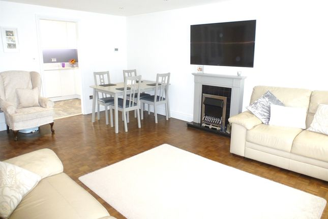 Thumbnail Flat for sale in Park View, Hoddesdon