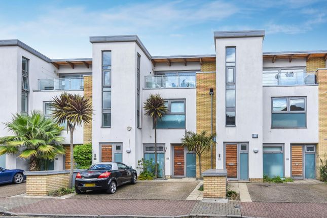 2 bed flat to rent in Shipka Road, London