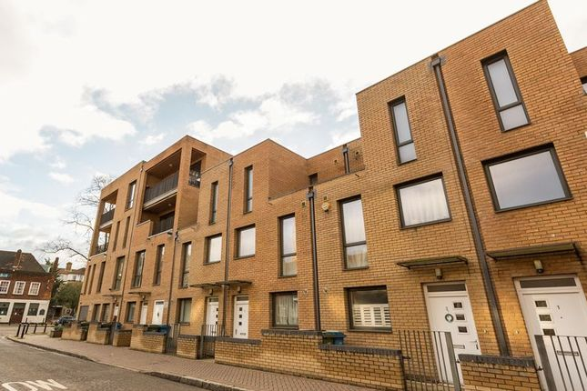 Thumbnail Flat for sale in Oscar Court, Rotherhithe Street