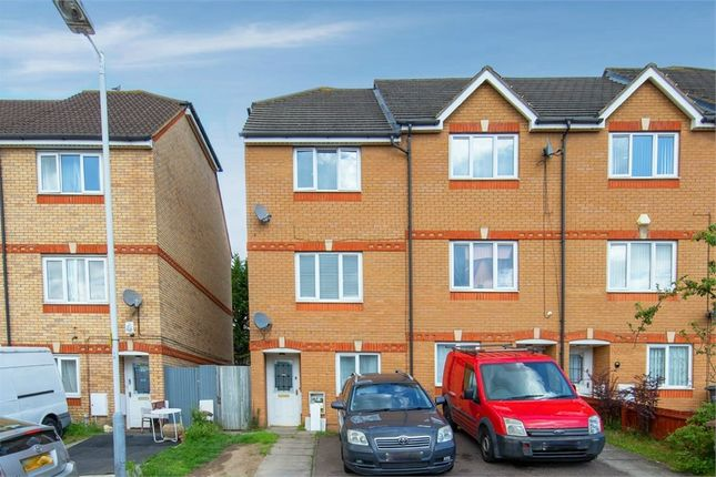 Thumbnail Town house for sale in Dunraven Avenue, Luton, Bedfordshire