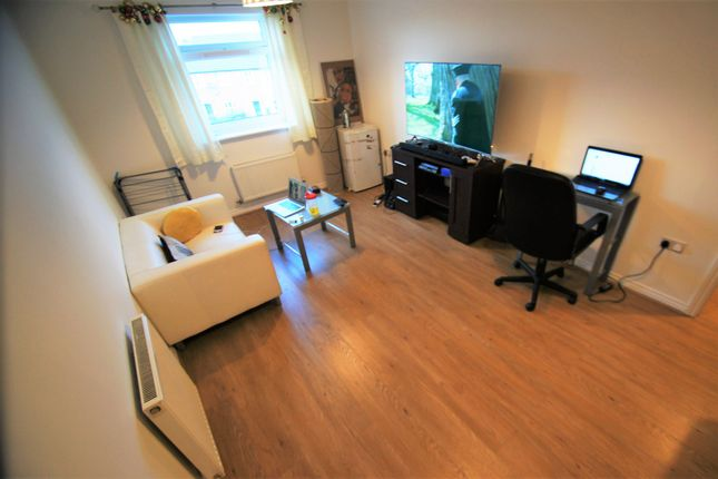 Flat to rent in Paladine Way, Coventry