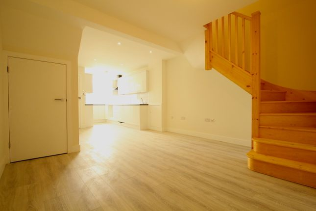 Thumbnail Maisonette for sale in Linkway, London
