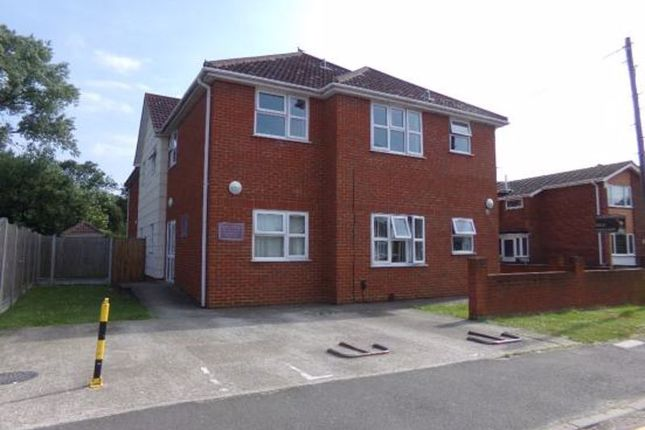 2 bed flat to rent in Lionel Road, Canvey Island SS8