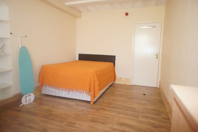 Room to rent in Kingsland Road, London
