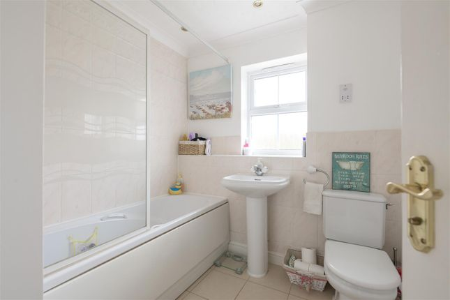Bathroom of Killarney Close, Grantham NG31