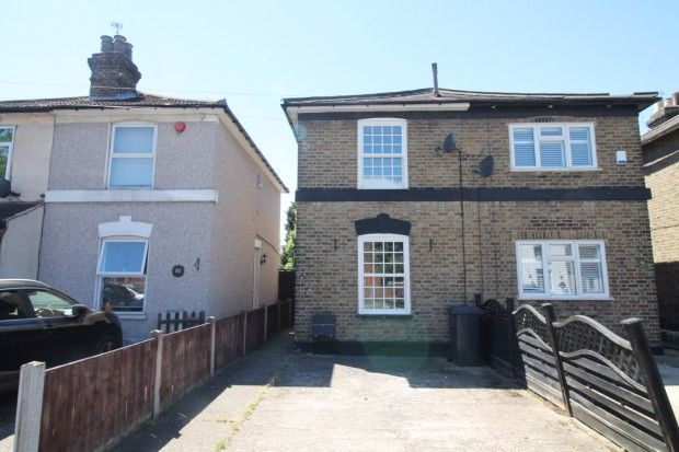 3 bed semi-detached house to rent in Albert Road, Romford