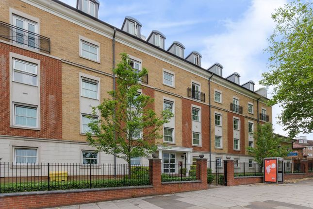 2 bed flat for sale in High Road, North Finchley, London N12