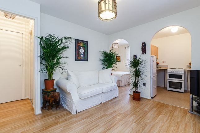 Thumbnail Flat for sale in Plowman Close, London