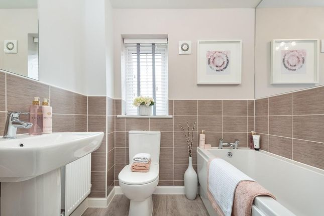 "Family Bathroom of ""Finchley"" at Kimlers Way, St. Martin, Looe PL13"