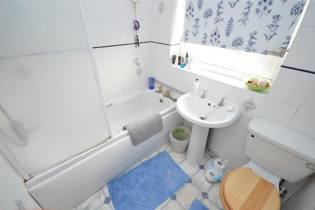 Bathroom of Seedfield Croft, Cheylesmore, Coventry CV3
