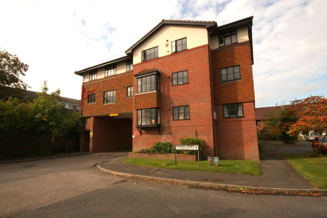 2 bed flat to rent in Fishers Court, Horsham