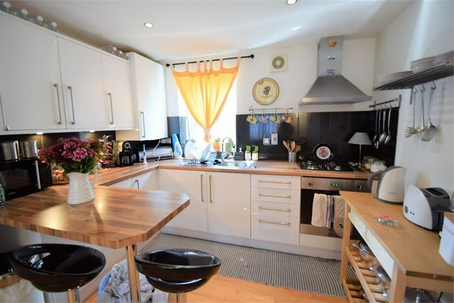 2 bed flat to rent in Arragon Gardens, London