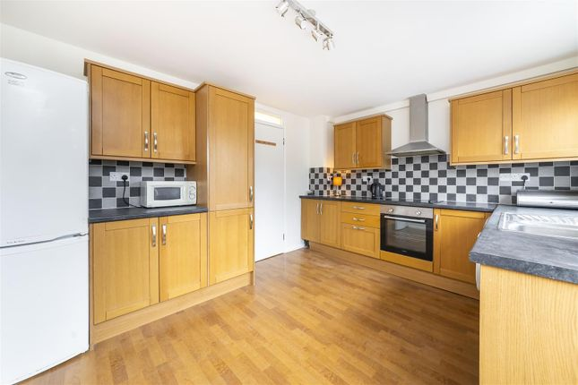Thumbnail Town house to rent in Almond Avenue, Ealing