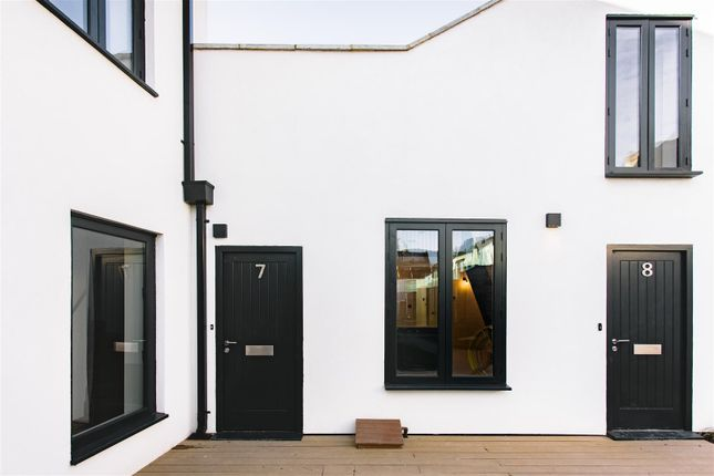 Thumbnail Flat to rent in Fonthill Mews, London