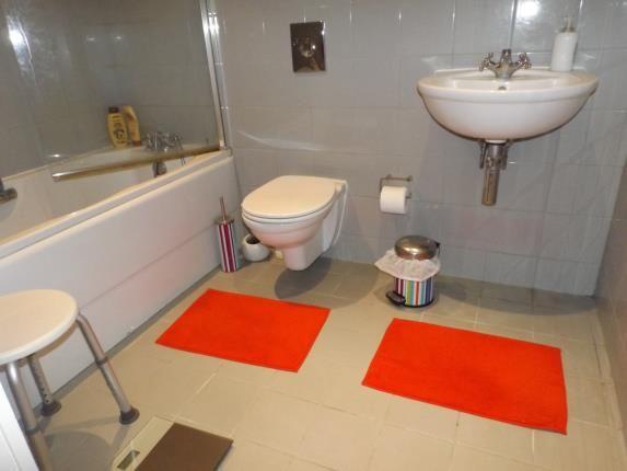 Bathroom of Admiral House, 38-42 Newport Road, Caerdydd CF24